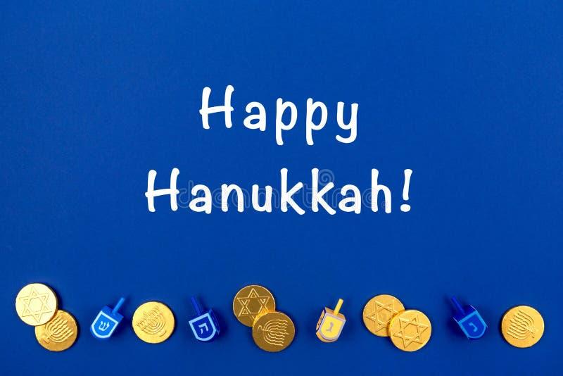 Fond bleu foncé avec des rêves multicolores et des cônes de chocolat et une expression joyeuse de Hanoukka Hanoukka et fête juive image stock