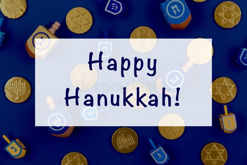 Fond bleu foncé avec des rêves multicolores et des pièces de chocolat et une expression de Happy Hanukkah Hanoukka et judaïsme photos stock