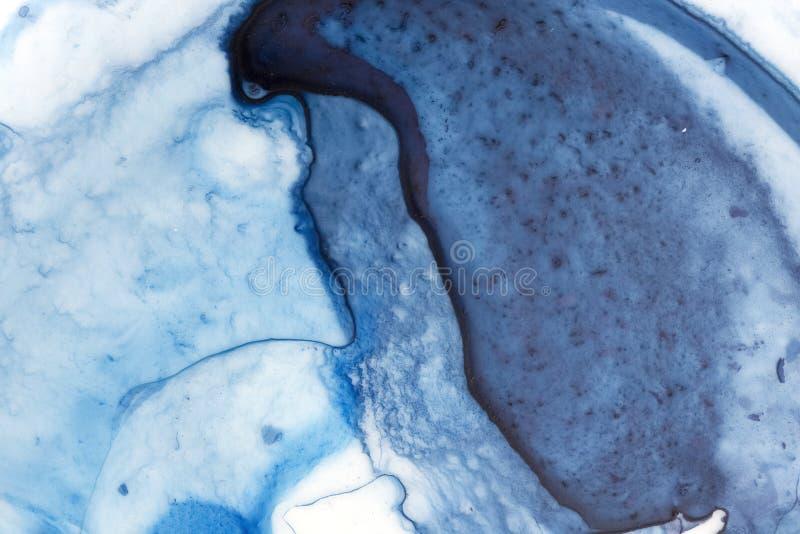Fond bleu-foncé d'aquarelle avec les taches, les courses de brosse, les lignes, les taches et les points artistiques image libre de droits
