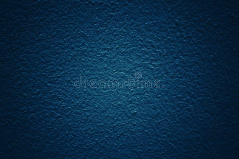 Fond bleu-foncé de ton avec la surface modelée et texturisée de mur en béton photographie stock libre de droits