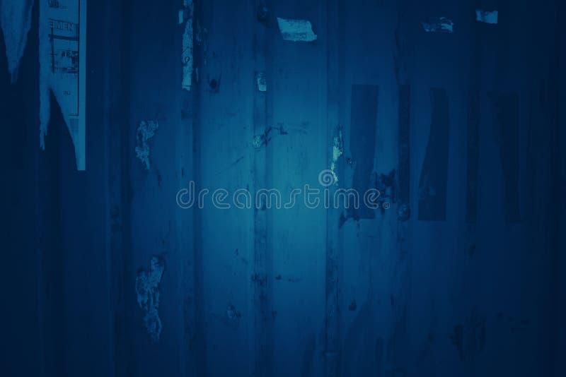 Fond bleu-foncé de ton avec de vieux modèles de zinc photo libre de droits