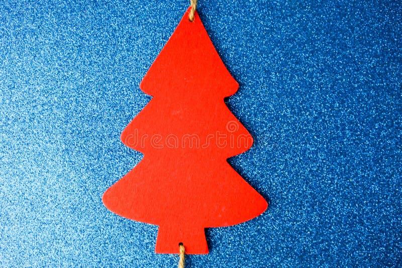 Fond bleu heureux de scintillement de scintillement de nouvelle année d'hiver de fête de Noël beau avec un arbre de Noël fait mai image libre de droits