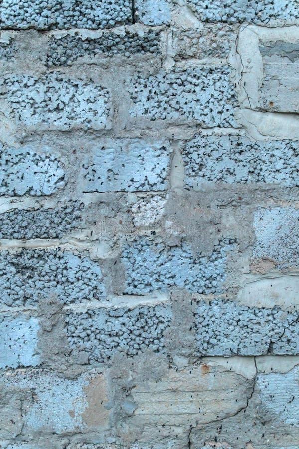 Fond bleu saturé profond lumineux de briques de mur en béton image stock