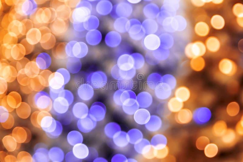 Fond brillant magique de fête de disco de résumé en jaune lilas et d'or pourpre avec l'effet de bokeh pour la félicitation ou l'a image stock
