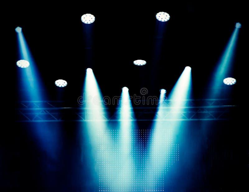 Fond brouillé, éclairage théâtral de scène dans une brume de couleur bleue pendant un concert image libre de droits