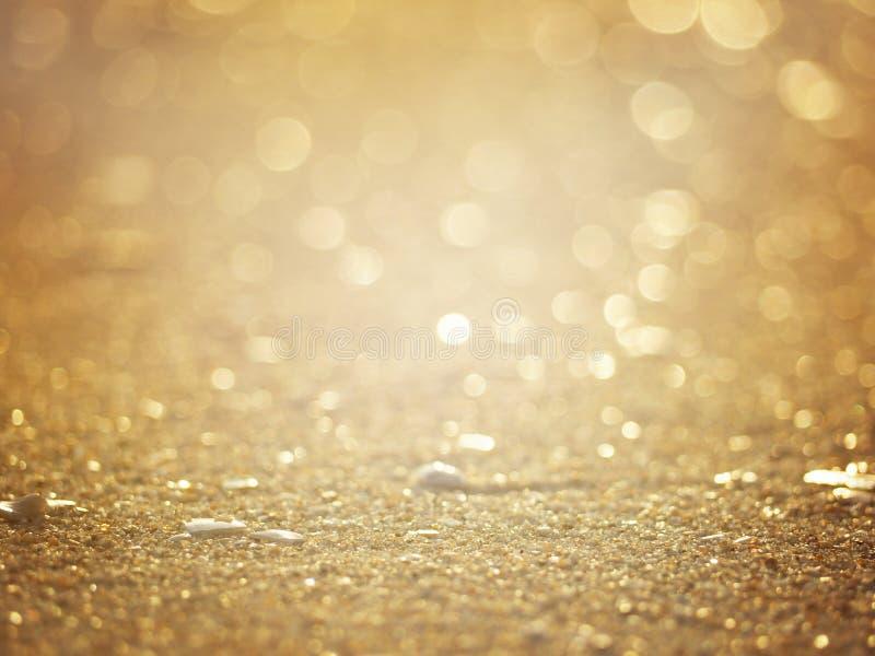 Fond brouillé abstrait d'or de plage arénacée de coucher du soleil photos libres de droits