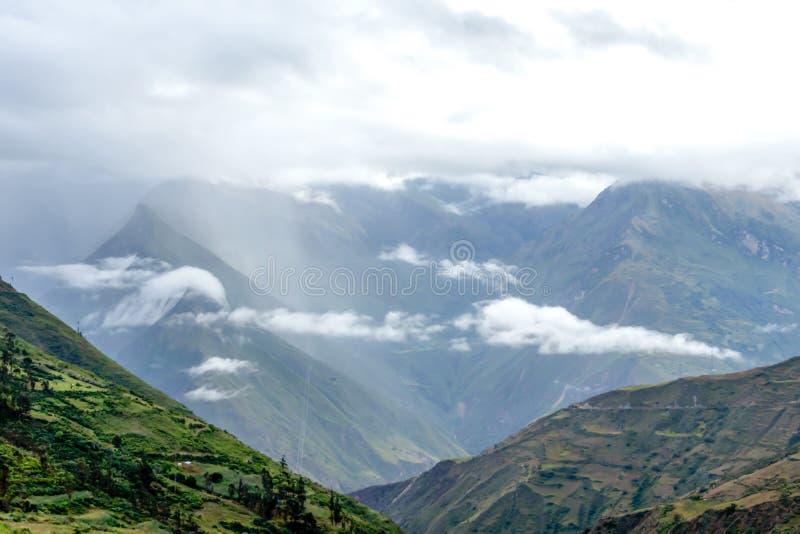 Fond brouillé avec les crêtes de montagne couvertes de nuage d'Apurimac River Valley, Pérou photo libre de droits