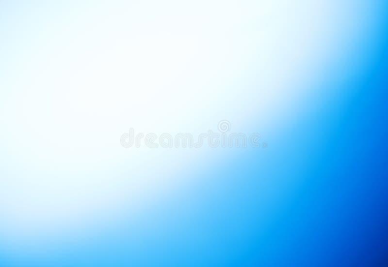 Fond brouillé bleu naturel avec une guirlande foncée photos libres de droits
