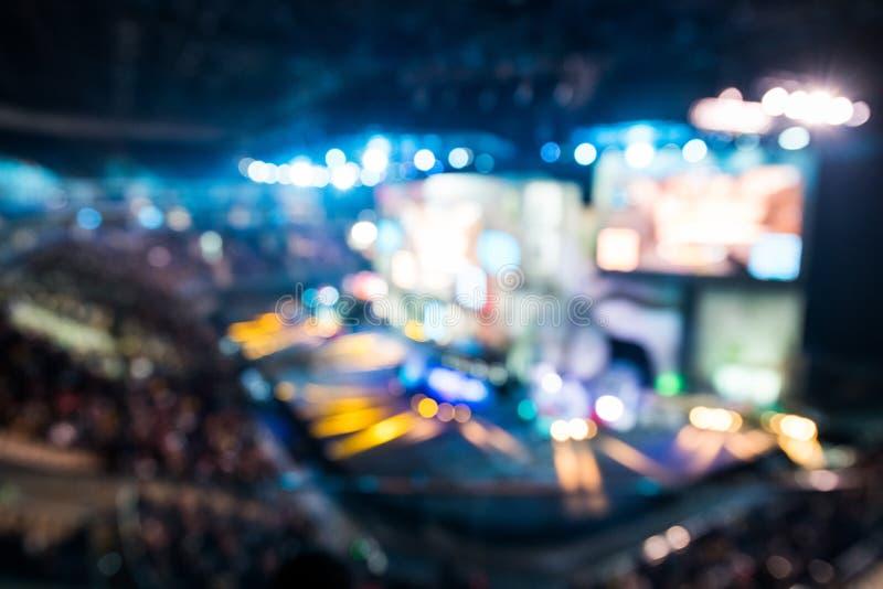 Fond brouillé d'événement d'esports à la grande arène avec beaucoup de lumières et écrans photographie stock libre de droits