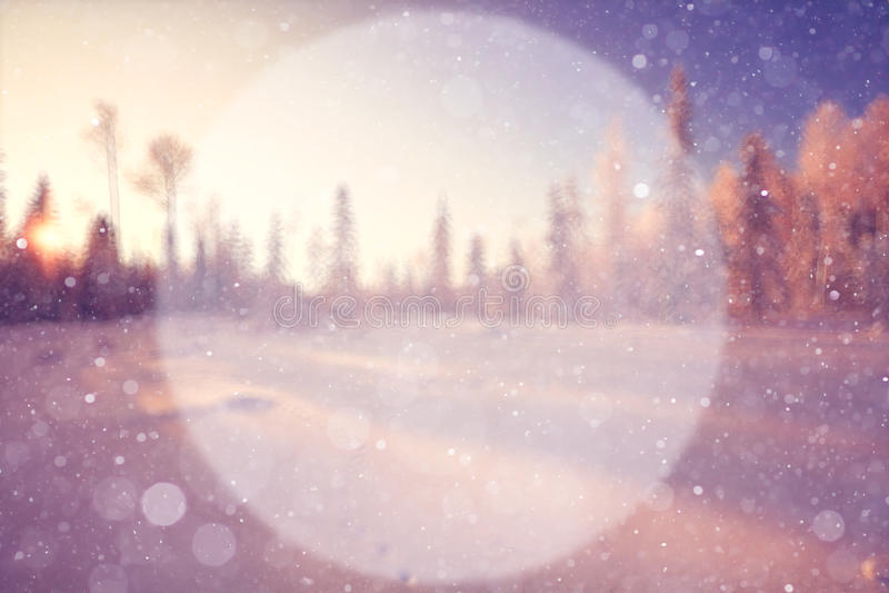 Fond brouillé d'hiver avec un cercle photos libres de droits