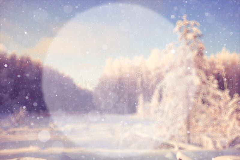 Fond brouillé d'hiver avec un cercle images stock