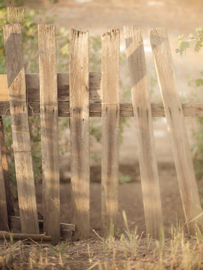 Fond brouillé d'une vieille barrière en bois images stock