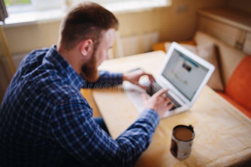 Fond brouillé, homme d'affaires à l'aide de l'ordinateur portable sur le lieu de travail - arrière photo libre de droits
