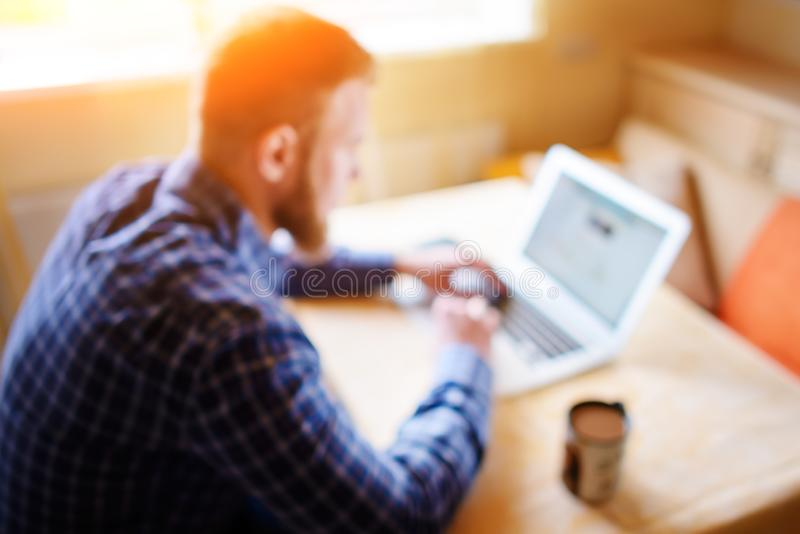 Fond brouillé, homme d'affaires à l'aide de l'ordinateur portable sur le lieu de travail - arrière image libre de droits