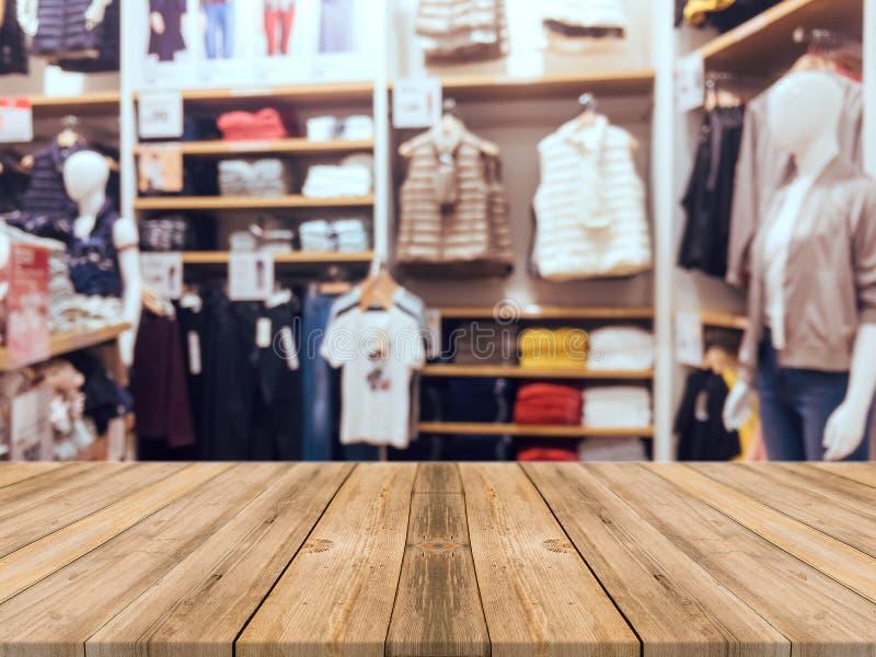 Fond brouillé par table vide de conseil en bois Bois brun de perspective au-dessus de tache floue dans le magasin photo libre de droits