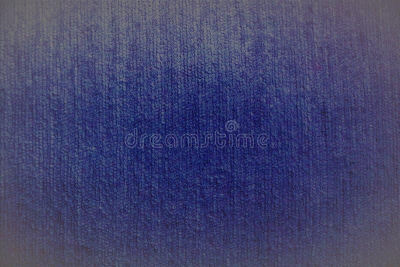 Fond brouillé pelucheux de textile de tissu bleu-foncé de velours dans des tons doux avec les bords allumés images stock