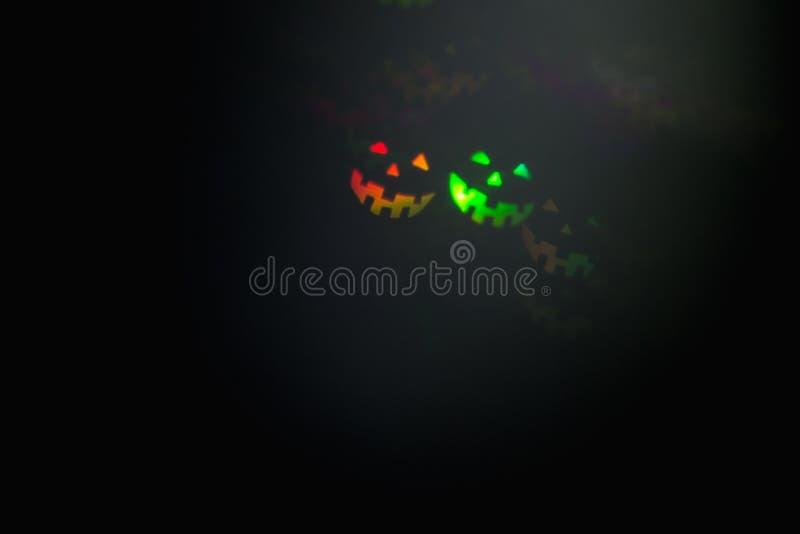 Fond brouillé rougeoyant abstrait de Halloween Fermez-vous vers le haut du bokeh dans la forme des émoticônes de Halloween Lumièr image stock