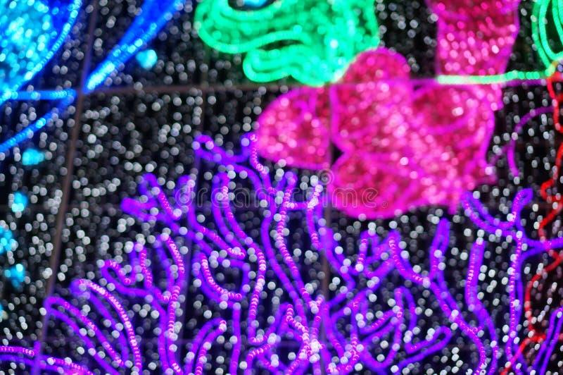 Fond brouillé : Rue décorée avec les lumières de fête dans l'interdiction photo libre de droits