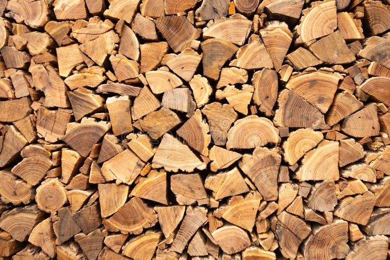 Fond brun créatif de bois de chauffage d'une manière ordonnée empilé Texture de Brown de bois naturel photographie stock libre de droits