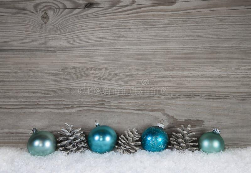 Fond chic minable gris de Noël avec du bois, le cône de sapin et le Ba image libre de droits