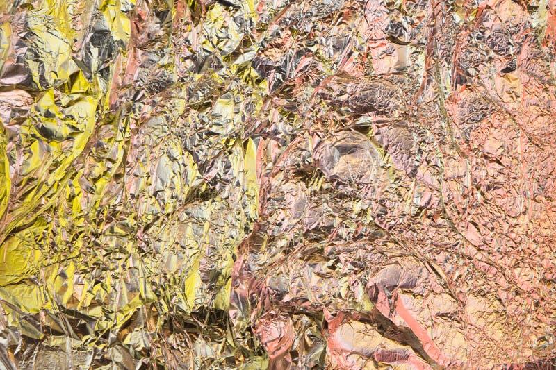 Fond chiffonné abstrait d'aluminium Fond grunge de photo Ombres jaunes et oranges image stock