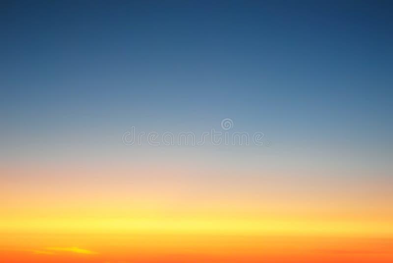 Fond, ciel clair au-dessus des nuages, au coucher du soleil photographie stock
