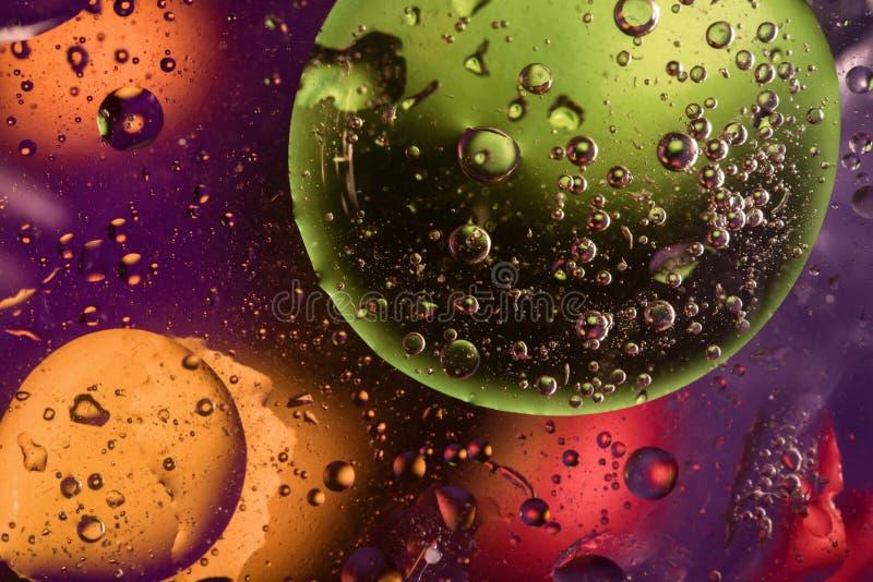 Fond coloré avec des cercles, des baisses et des bulles photographie stock