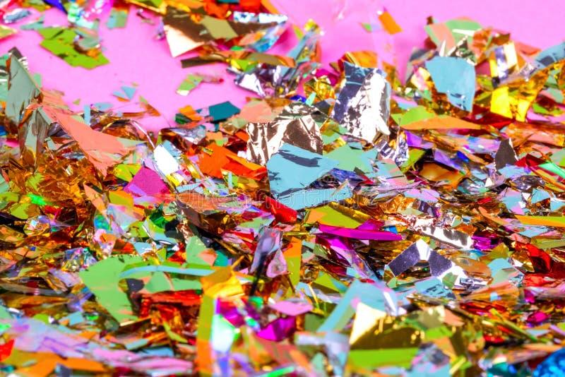 Fond coloré de célébration avec des confettis, des étoiles, des feux d'artifice et la décoration sur le fond rose Configuration p photographie stock libre de droits