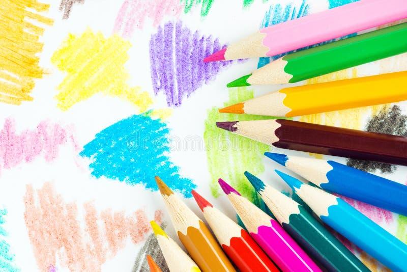 Fond coloré de crayons photos stock