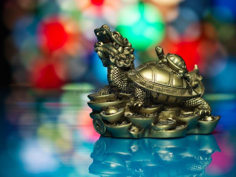 Fond coloré de dragon d'or de feng-shui image stock