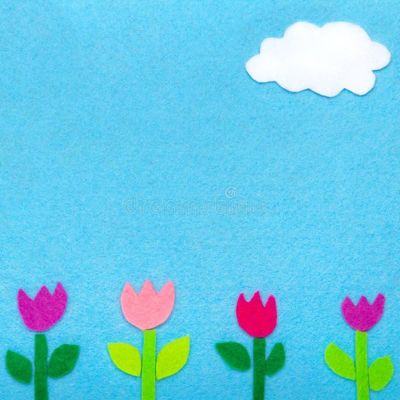 Fond coloré de feutre avec les fleurs et le nuage de tulipe, images stock