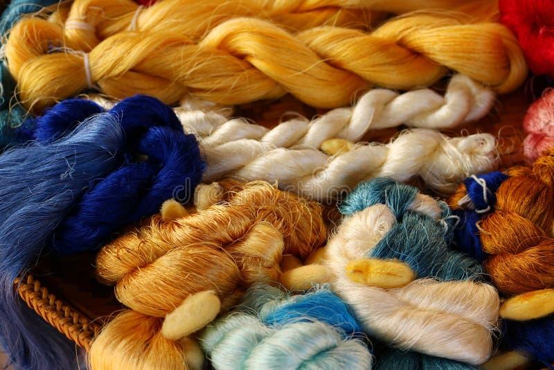 Fond coloré de fil en soie photo libre de droits