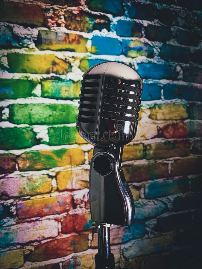 Fond coloré de microphone argenté photos stock