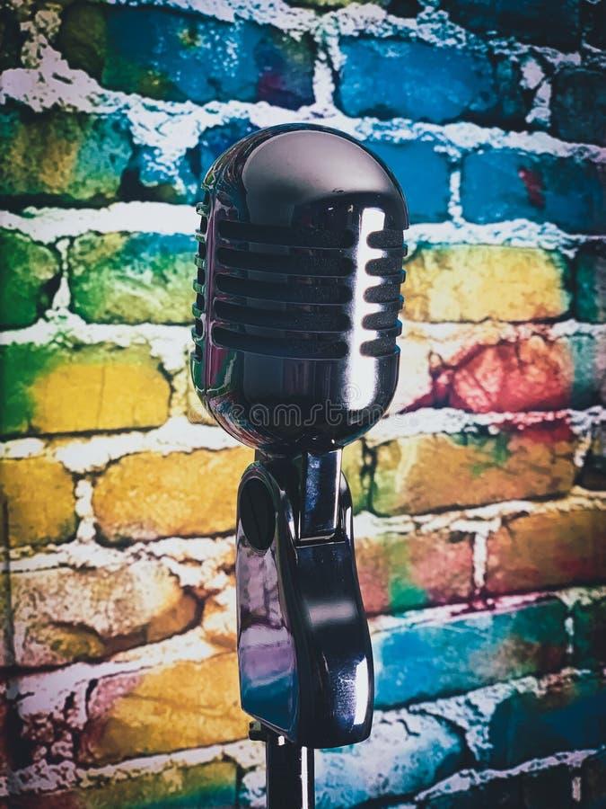 Fond coloré de microphone argenté photographie stock