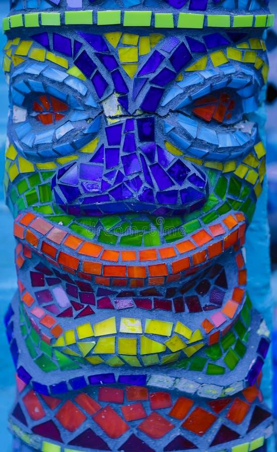 Fond coloré de modèle de détail de tête d'homme de tiki de tuile de mosaïque photographie stock libre de droits