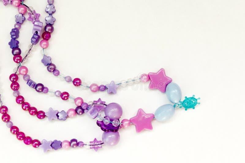 Fond coloré de perles sur le blanc image libre de droits