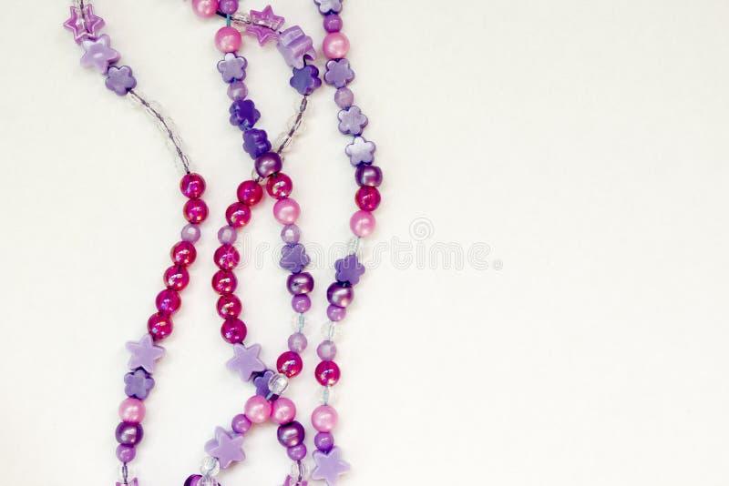 Fond coloré de perles sur le blanc photo libre de droits