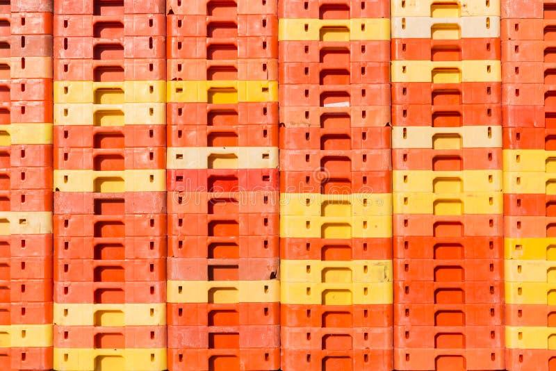 Fond coloré des caisses en plastique empilées images libres de droits