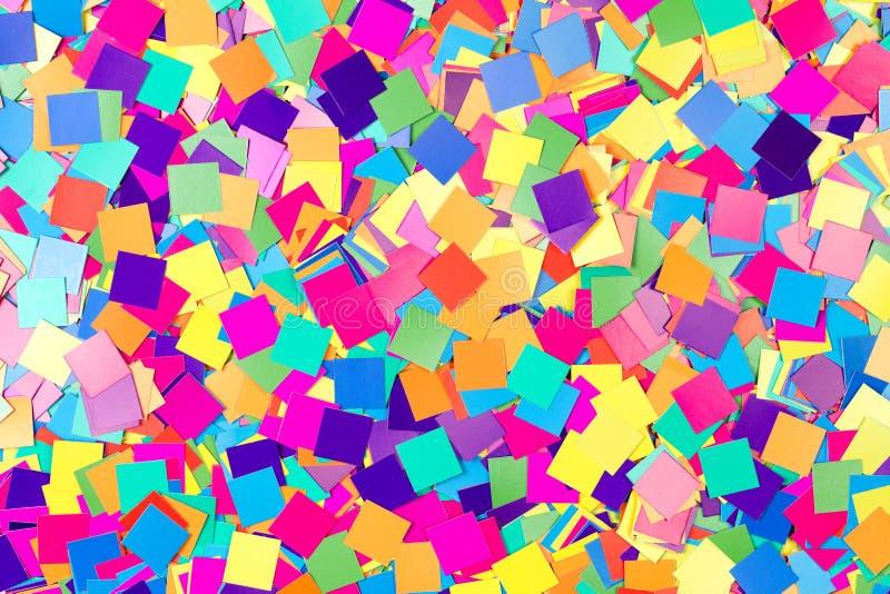 Fond coloré des confettis de papier images stock
