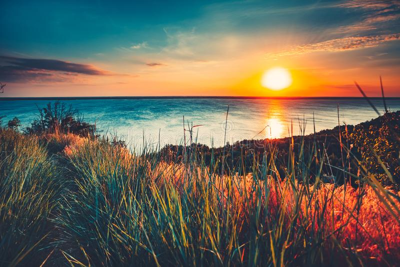 Fond coloré et dramatique d'océan de ciel de coucher du soleil images stock