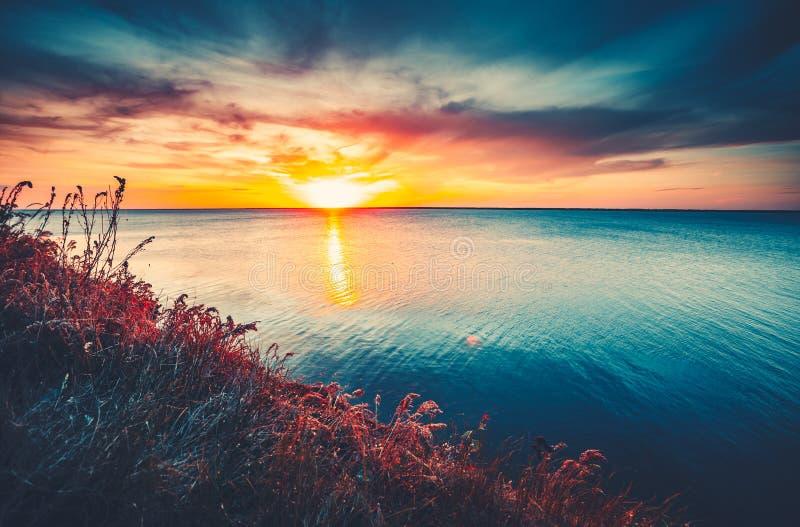Fond coloré et dramatique d'océan de ciel de coucher du soleil photo libre de droits