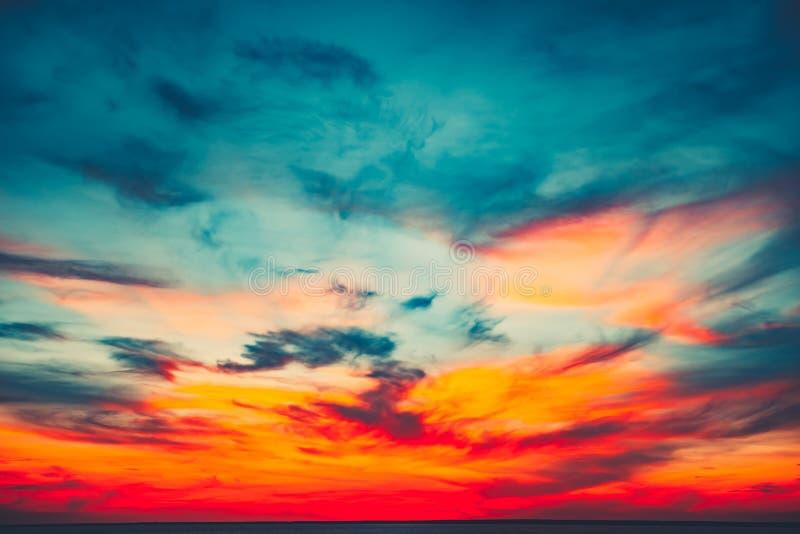 Fond coloré et dramatique de ciel de coucher du soleil photos stock