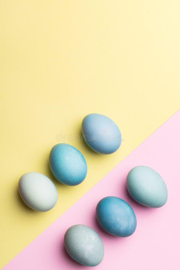 Fond coloré par pastel heureux de Pâques Carte de voeux peinte à la main d'oeufs de pâques photographie stock libre de droits