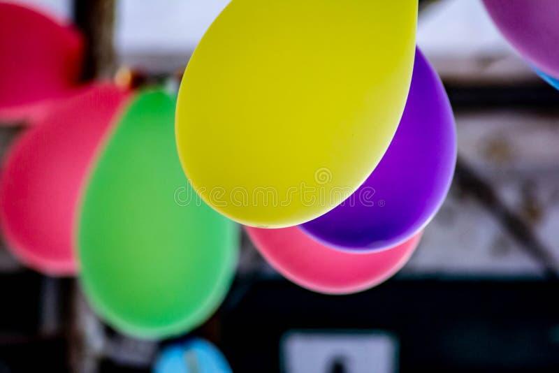 Fond coloré, photographie des ballons colorés utilisés pour des anniversaires et parties qui donnent une atmosphère de fête photos stock