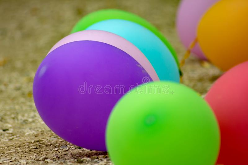 Fond coloré, photographie des ballons colorés utilisés pour des anniversaires et parties qui donnent une atmosphère de fête images stock