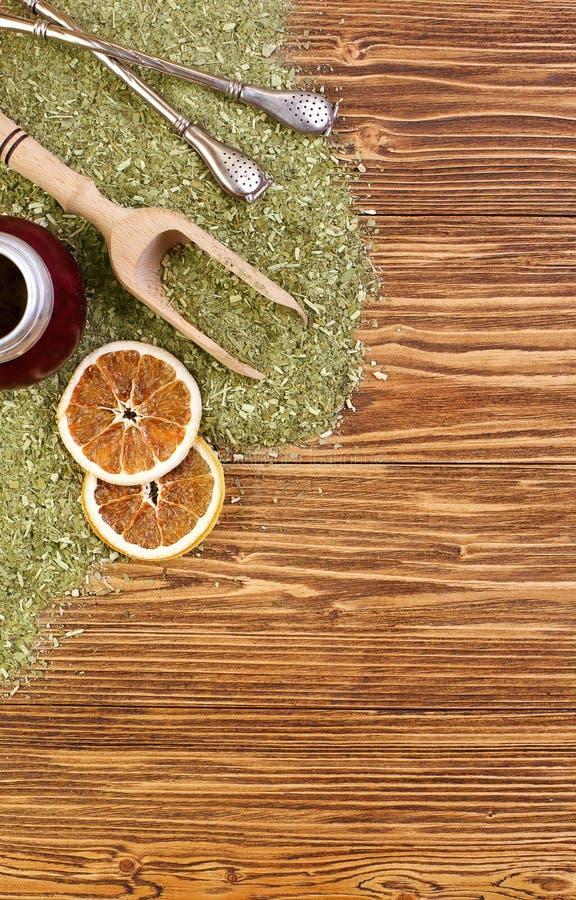 Fond - compagnon, calebasse et bombilla de yerba sur une table en bois photographie stock