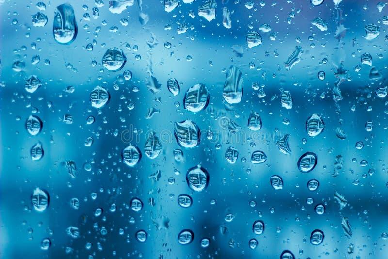 fond condensat bleu de l'eau de fenêtre photographie stock
