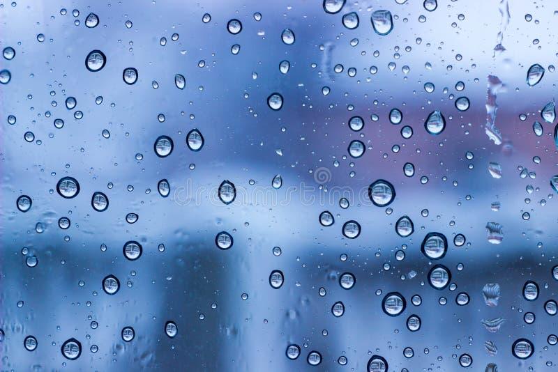 fond condensat bleu de l'eau de fenêtre image stock