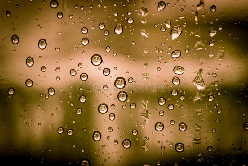 Fond condensat rouge de l'eau de fenêtre photo libre de droits