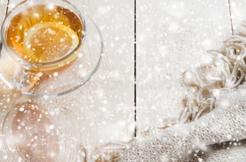 Fond confortable et mou d'hiver La tasse de thé et chauffent la couverture tricotée photographie stock